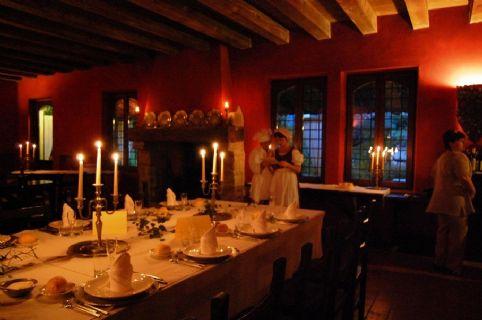 Gropparello   Taverna del castello   sala con cameriera